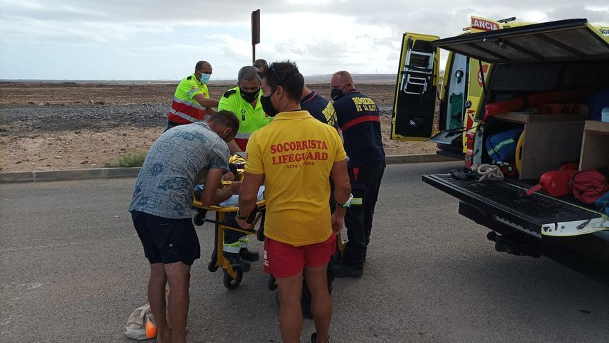 Rescatados los dos tripulantes de una embarcación que volcó en La Oliva