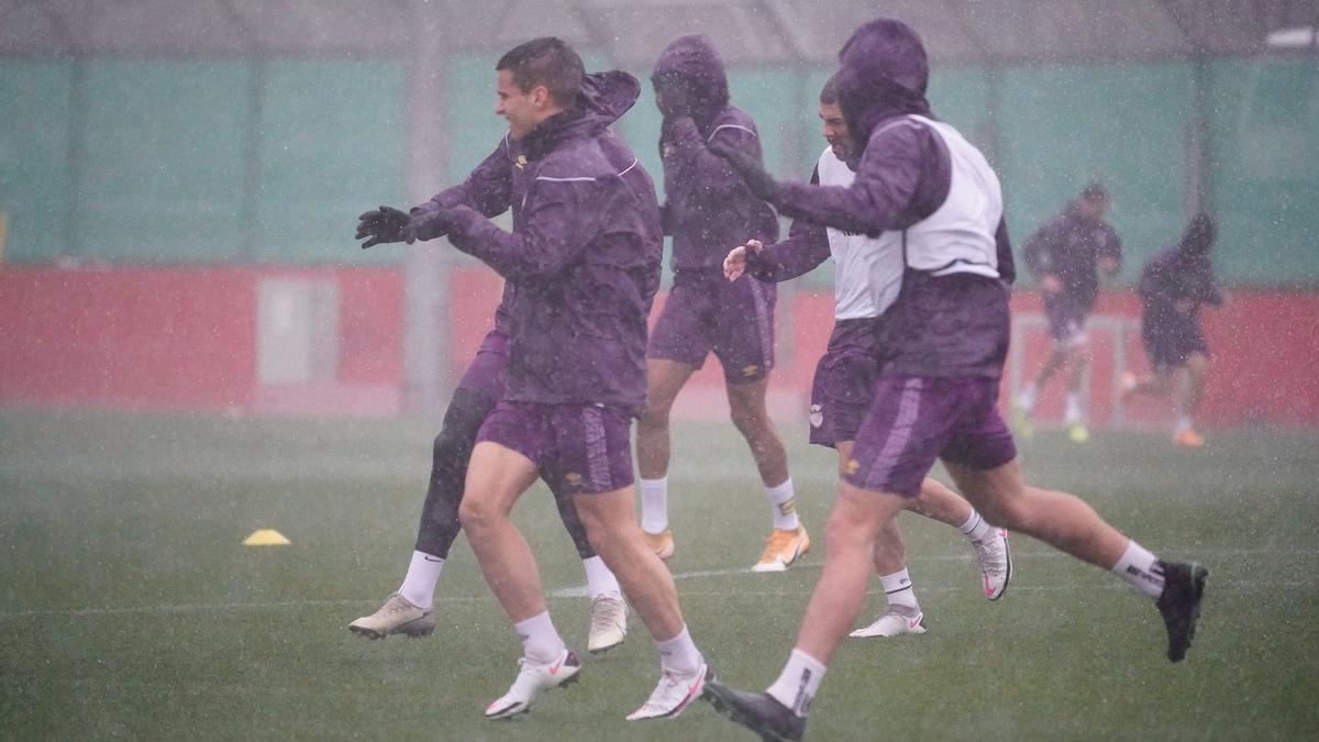 Los jugadores del Mallorca se han entrando esta mañana a pesar de la lluvia y el fuerte viento.