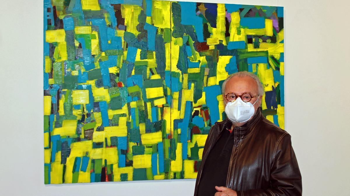 Antonio Martínez Mengual posa junto a uno de los cuadros de su exposición 'La sombra encendida de la palabra'.