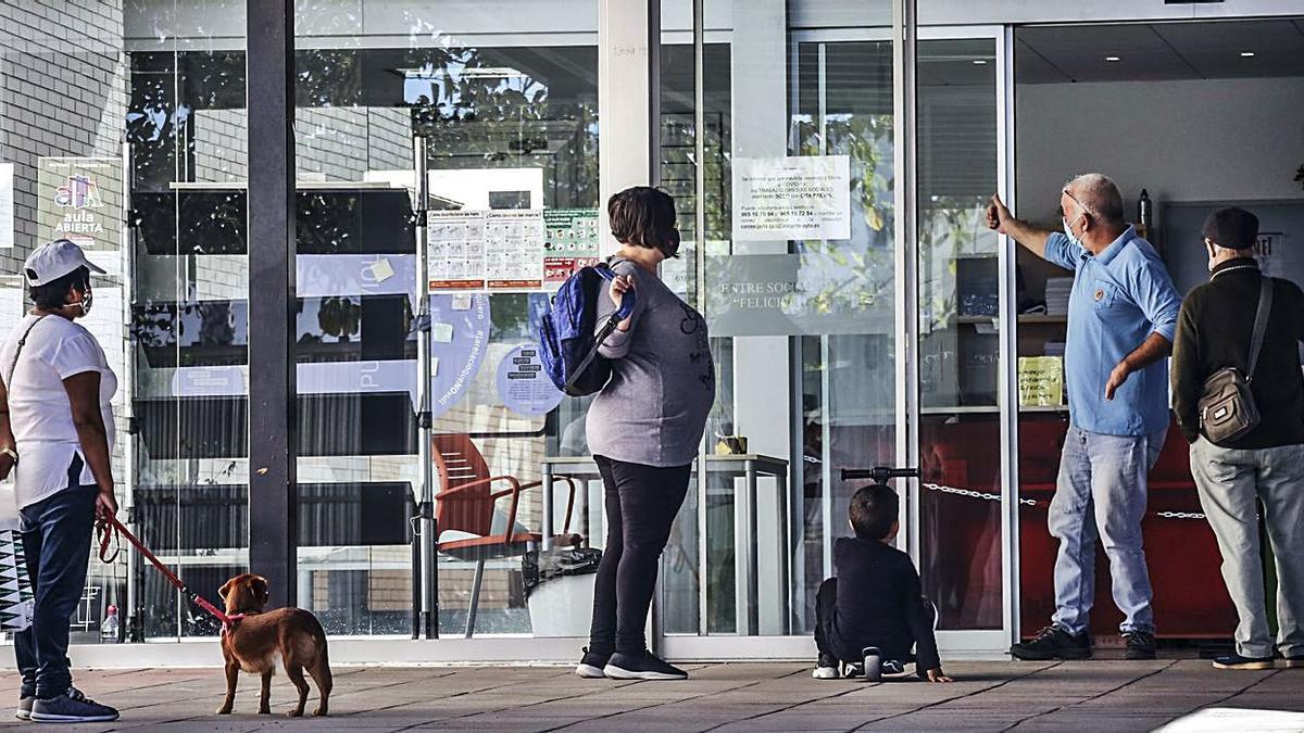 Uno de los centros sociales de Alicante tras el inicio de la pandemia. | PILAR CORTÉS