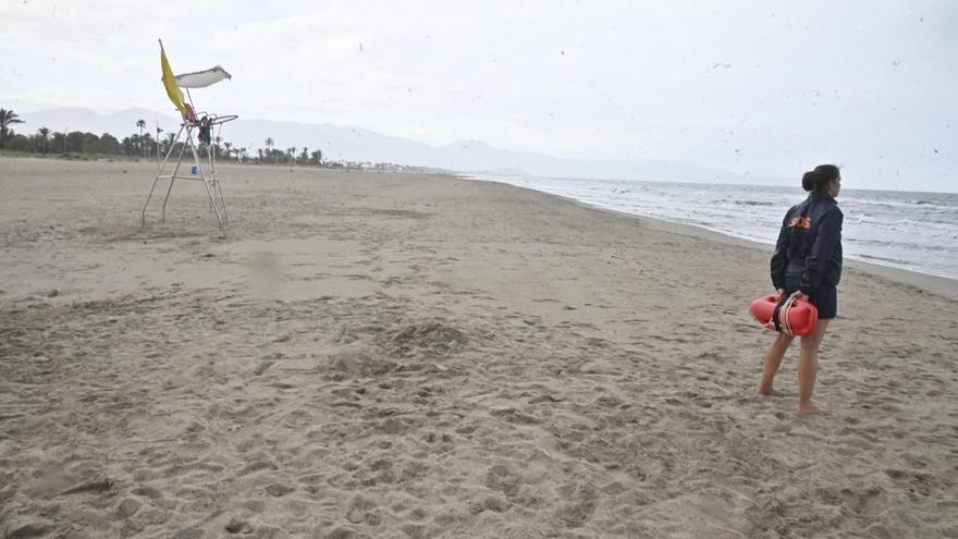 Las playas de Castelló se vacían ante el cierre y la lluvia por Sant Joan