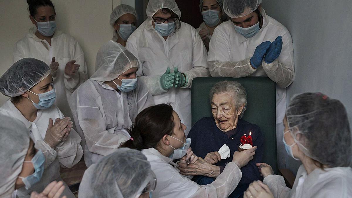 Una foto de premio: el cumpleaños de una mujer de 98 en el geriátrico San Carlos, tras superar el COVID | BRAIS LORENZO