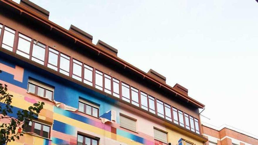 """El colorido de Anna Taratiel devuelve a Ciudad Naranco su añorada """"centralilla"""""""