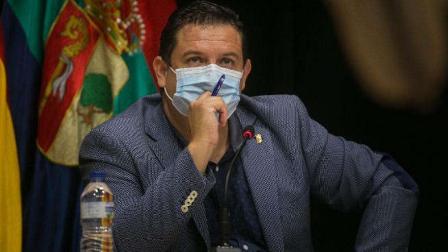 Ediles afines a Mena acusan al PSOE de imponer una moción de censura al alcalde