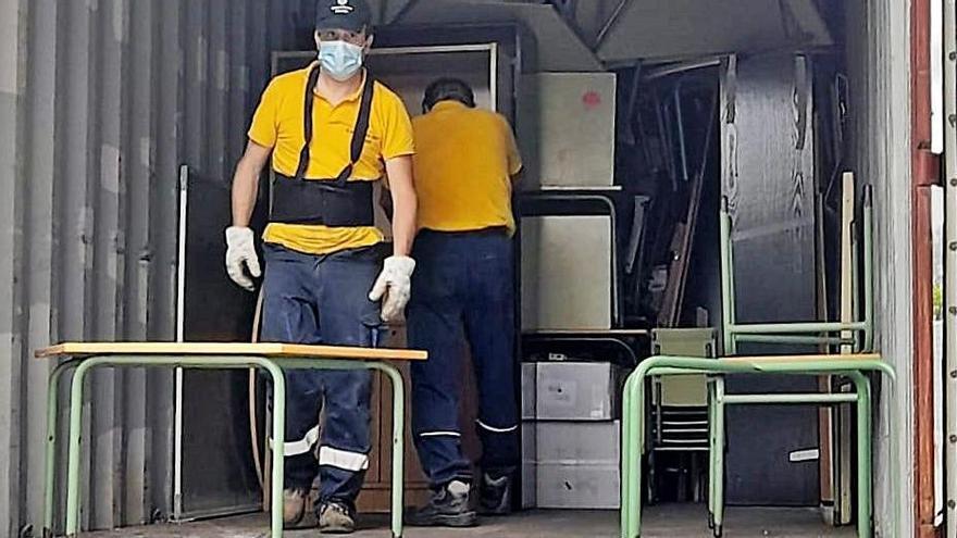 Operarios cargan, ayer, material donado. |   // L.O.
