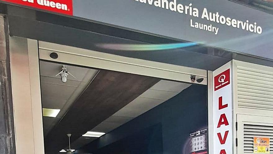 Comercios claman contra Endesa por un largo corte de luz en la calle Barcelona