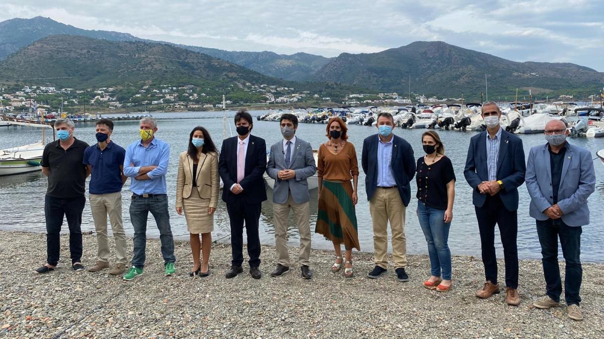 El conseller Puigneró amb  autoritats polítiques altempordaneses al Port de la Selva.