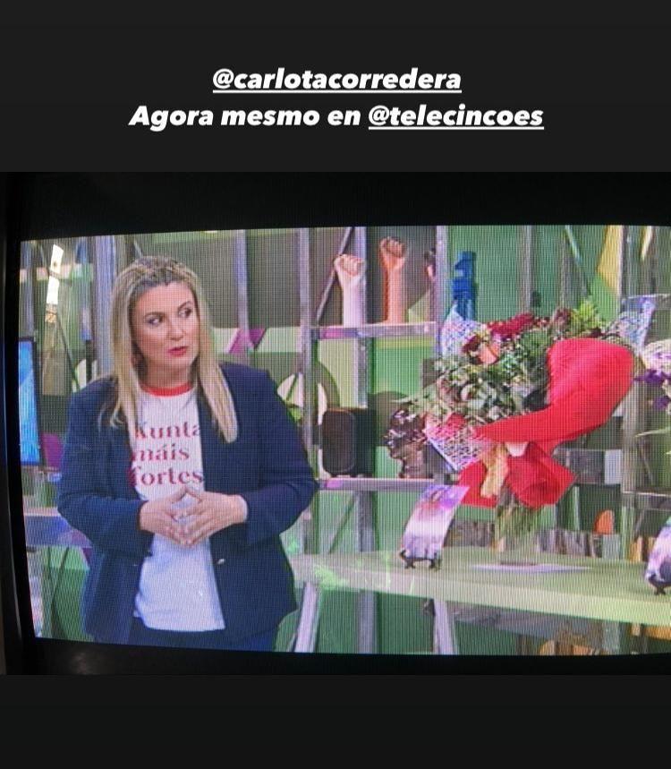 Storie de Instagram de Brétemas mostrando a Carlota Corredera con su camiseta.
