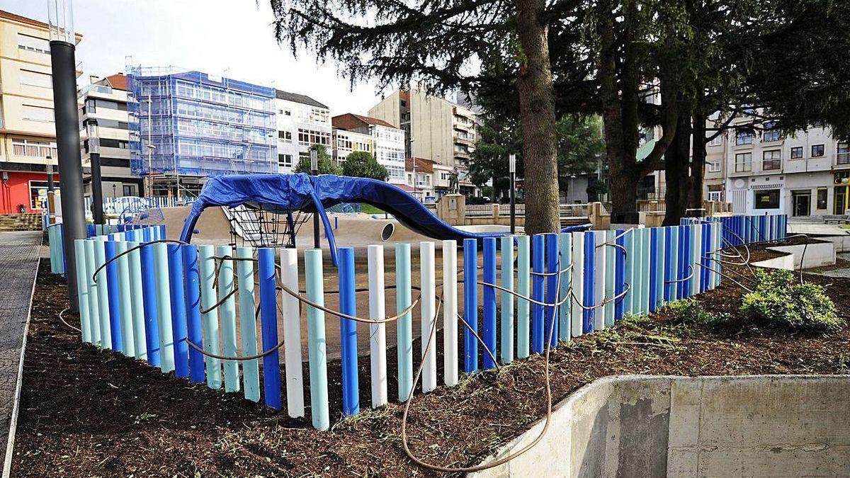 En el parque de la Praza da Vila se realizaron ayer trabajos con vistas a su reapertura.