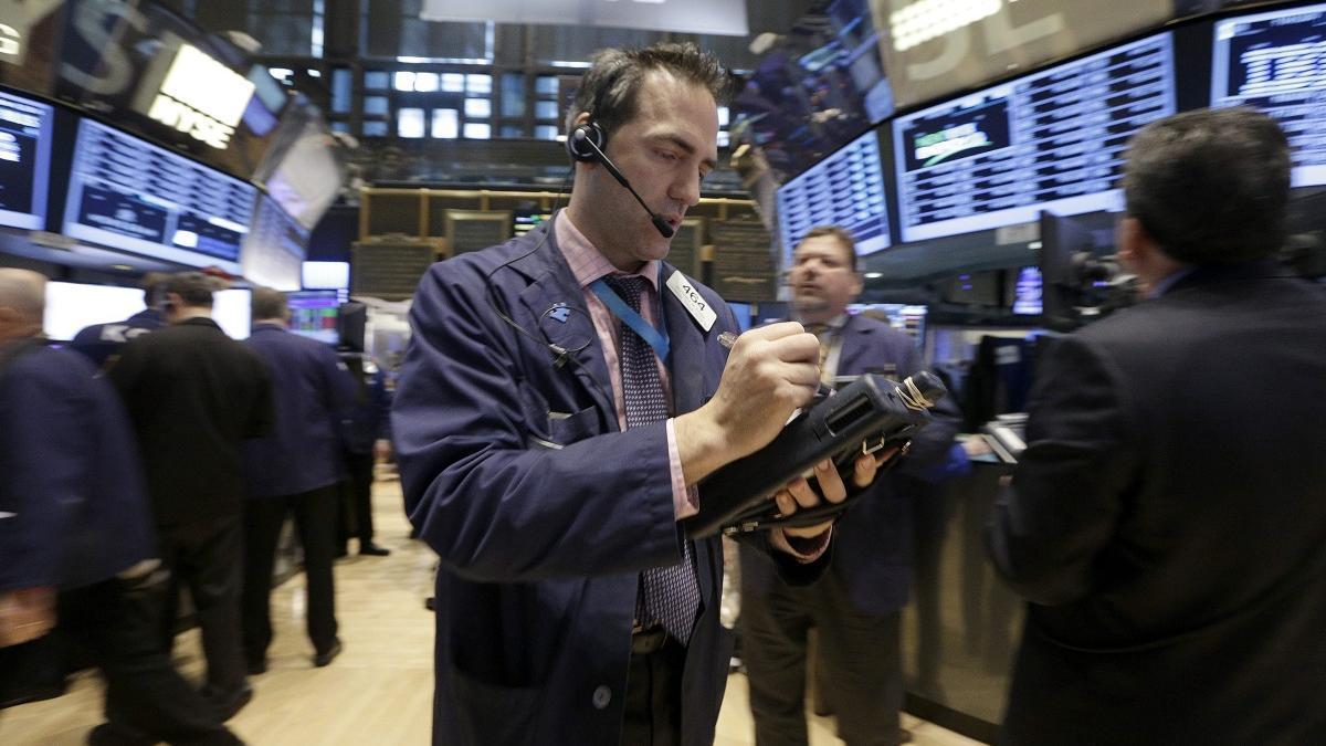 Un agente en el parqué de la Bolsa de Nueva York.