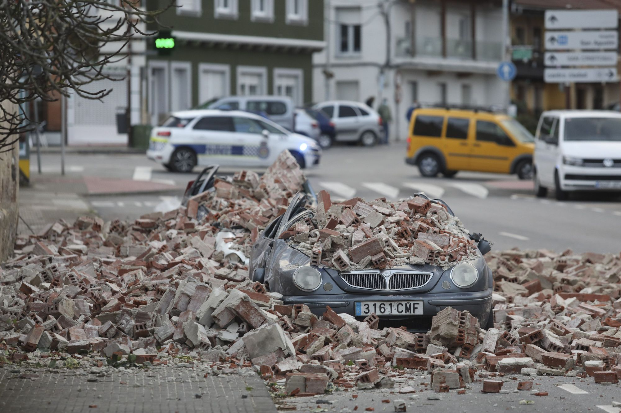 Las imágenes del derrumbe del cine Miranda en Avilés