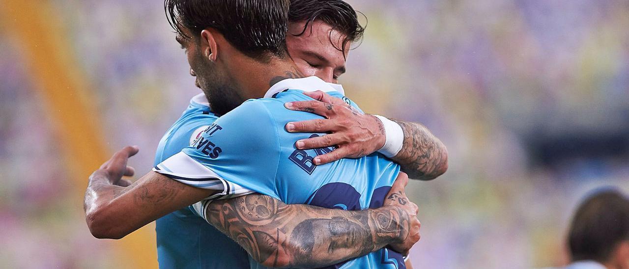 Santi Mina y Brais Méndez se abrazan tras el gol de penalti del mosense al Villarreal el pasado domingo en La Cerámica.    // EUROPA PRESS