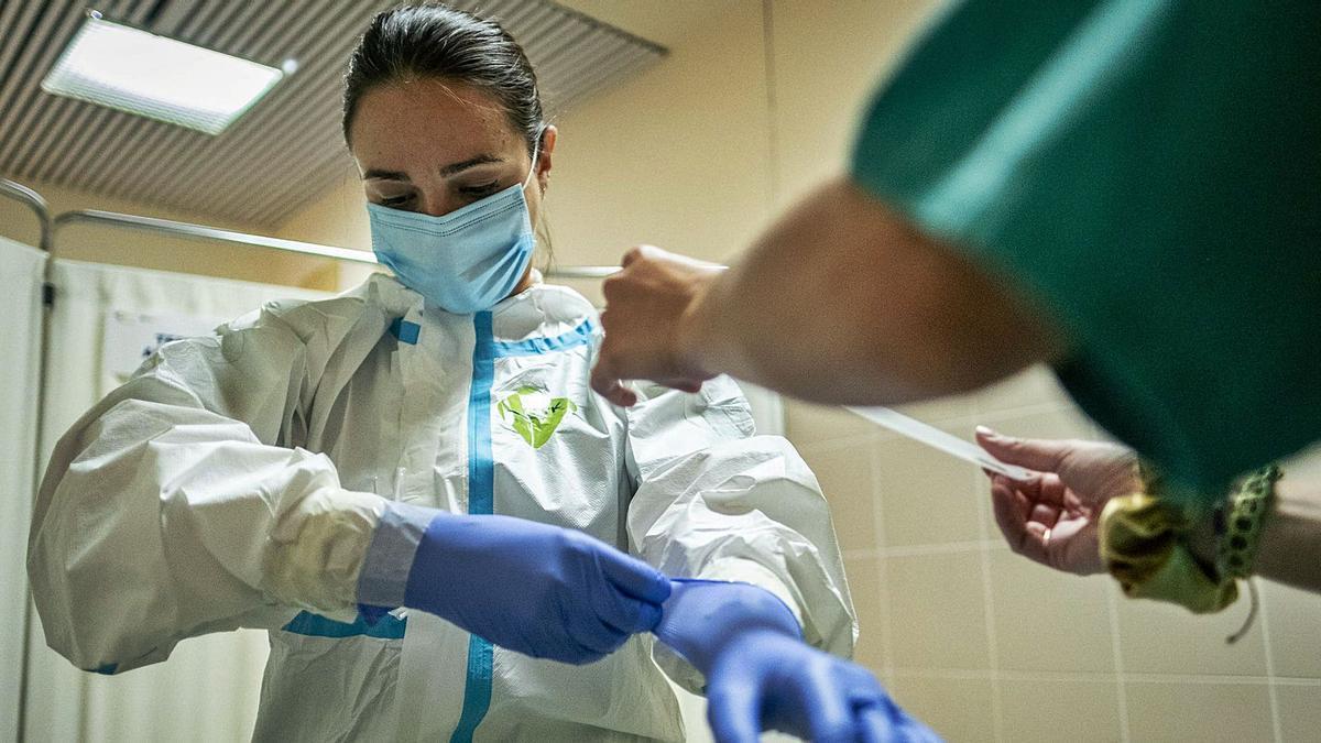 Una sanitaria se prepara para extraer una muestra para la PCR.