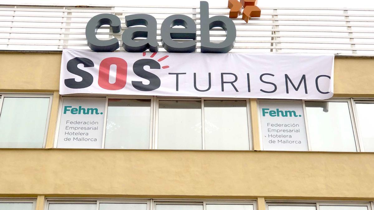 Pancarta en la sede de la Caeb, en la calle Aragó