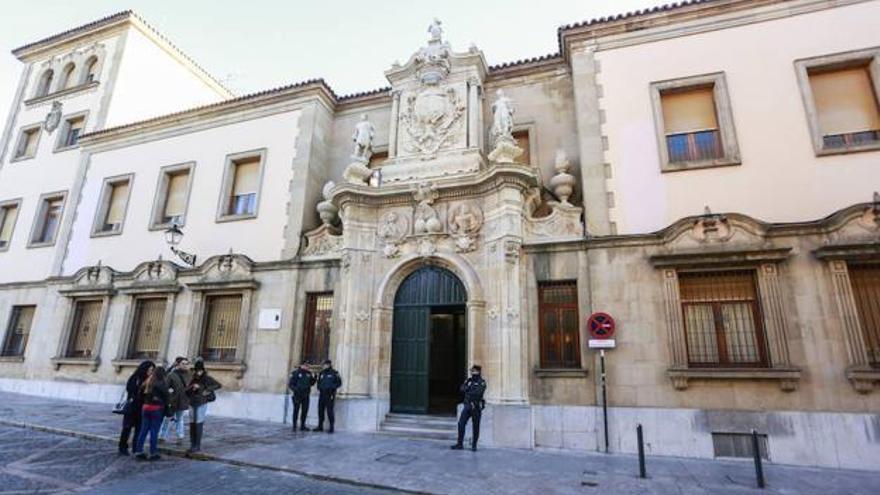 Condenado a 28 años el policía que asesinó a su mujer y agredió al amante de ésta en Astorga