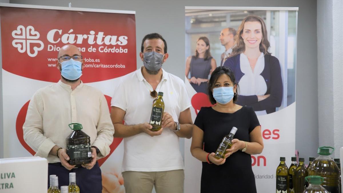 Cáritas recibe una donación de 1.368 litros de aceite de oliva virgen extra de Tierra Laguna