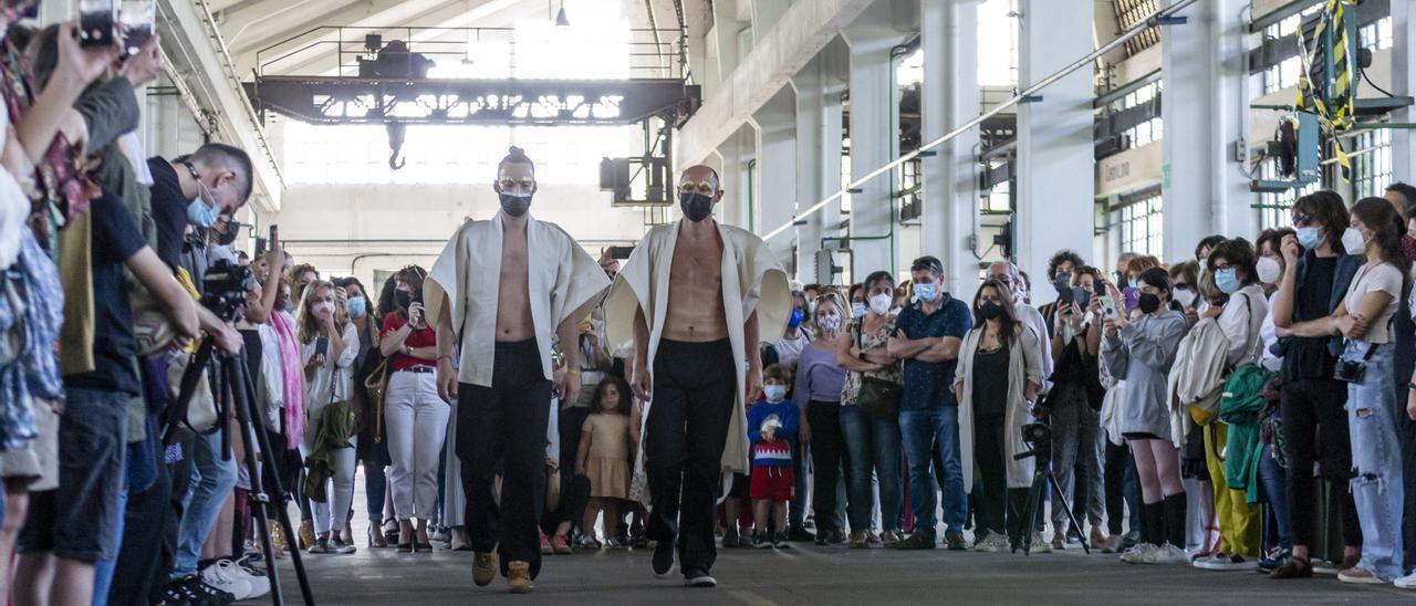 Desfile performance de Alfonso Pérez en la Semana Profesional del Arte de Oviedo
