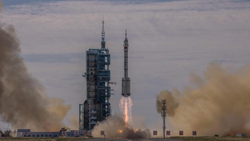 S'enlaira amb èxit la primera missió tripulada xinesa a l'espai des del 2016