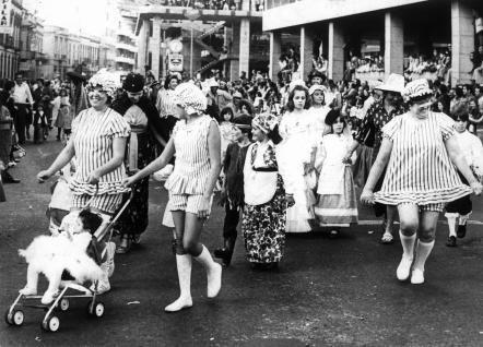 Público y mascaritas en la cabalgata del Carnaval de 1976.