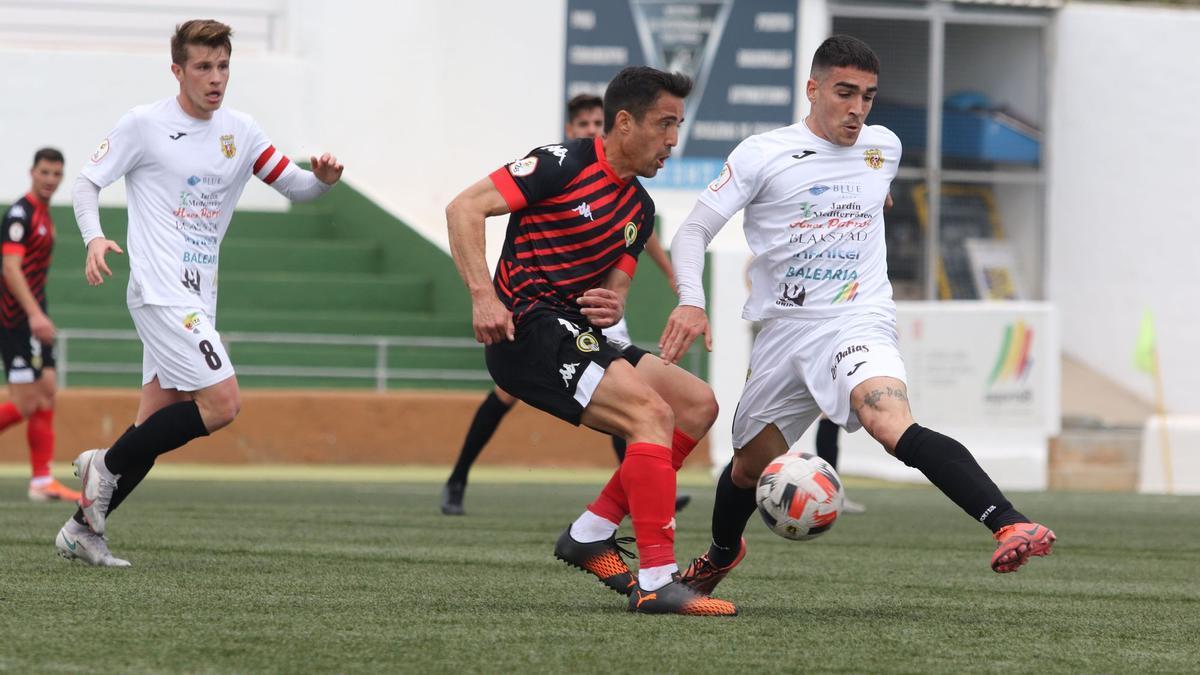 El herculano Pedro Sánchez en la última visita blanquiazul a un campo de hierba artificial en Santa Eulalia, que acabó con derrota 2-1