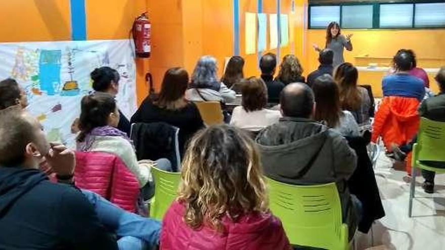 """La asociación """"Alienta"""" impulsa la primera escuela para padres de la comarca"""