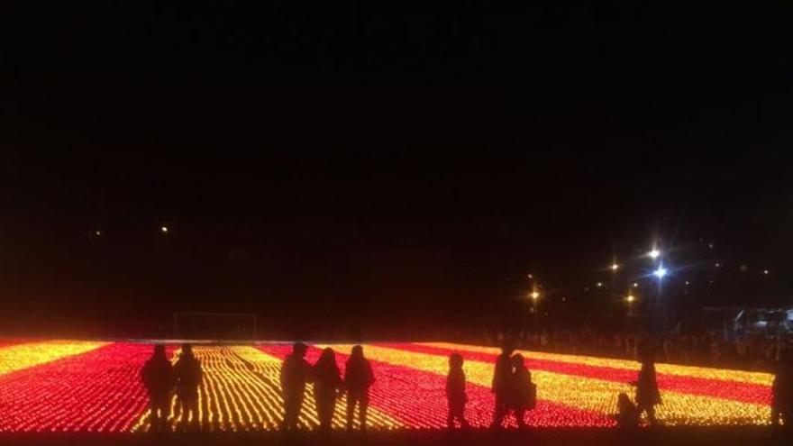 Llívia encén una espectacular estelada amb més de 80.000 espelmes