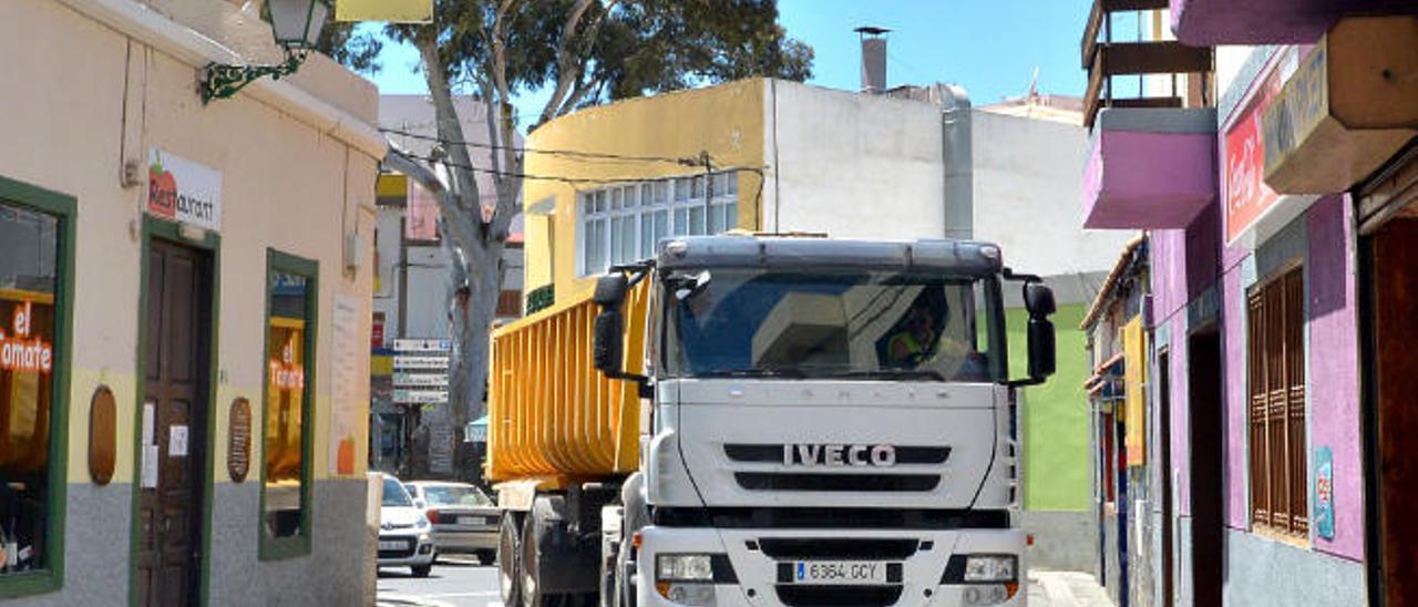 Los camiones de grandes dimensiones pasan por el centro del pueblo y en ocasiones atascan el tráfico.