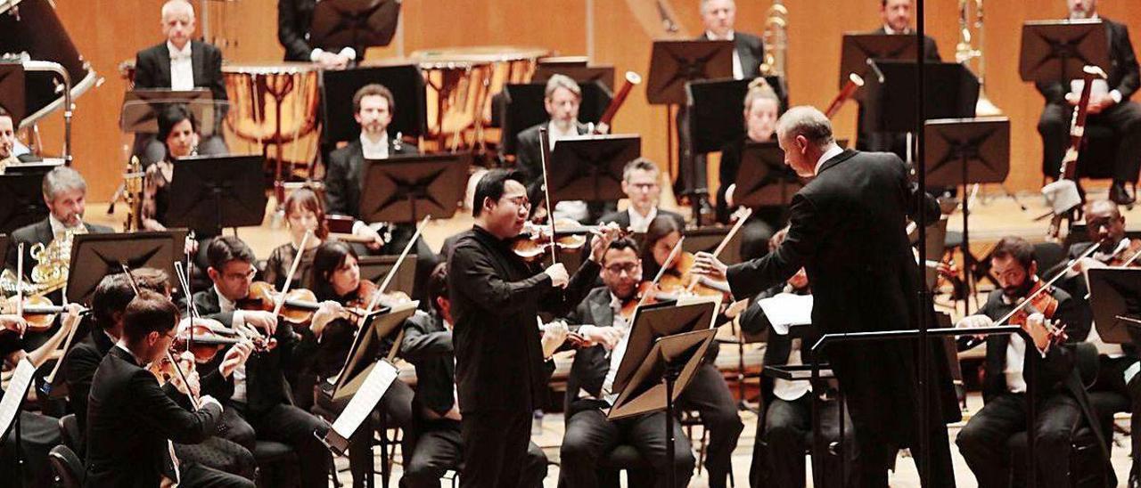 Concierto de la OSPA con Carlos Miguel Prieto y el violinista Ning Feng, el pasado febrero, en Oviedo.