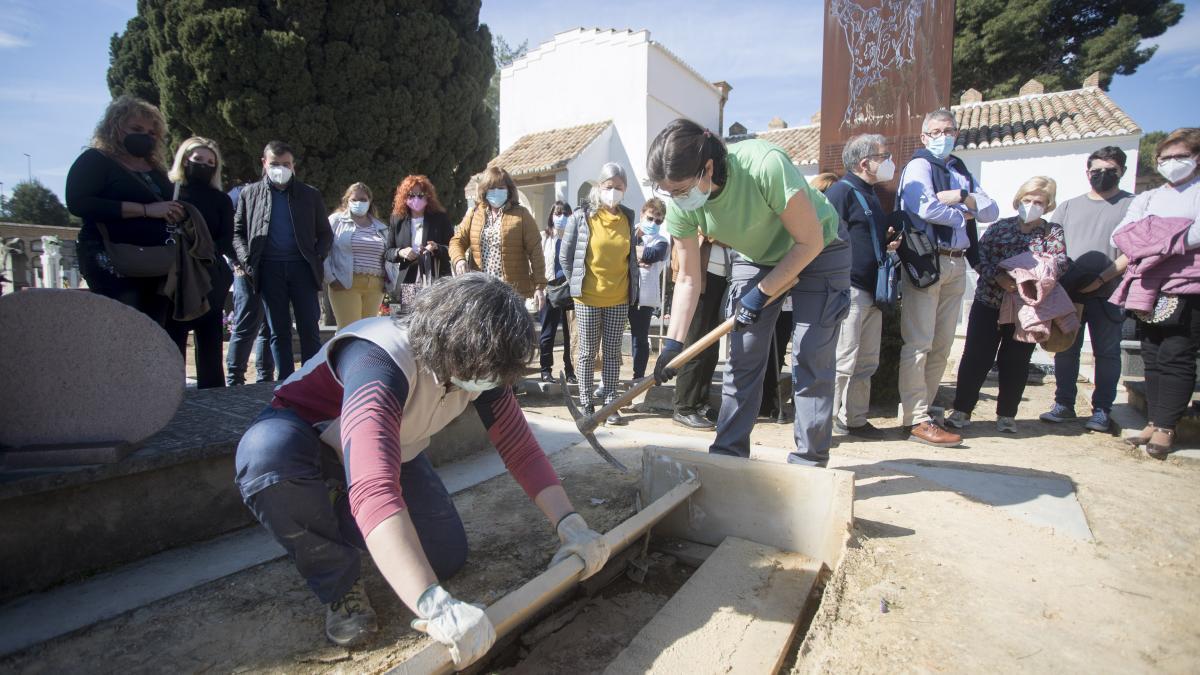 Familiares de los represaliados por el franquismo esperan a la aapertura de la fosa 63