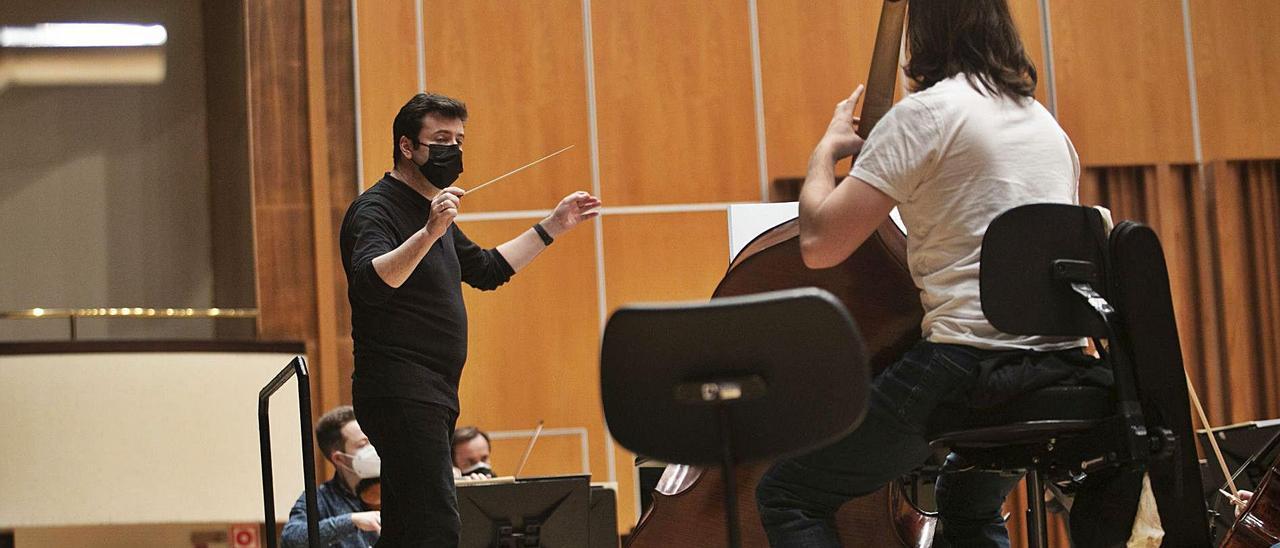 Óliver Díaz, a la batuta, ayer, durante el ensayo con la OSPA en el Auditorio Príncipe Felipe de Oviedo. | Miki López