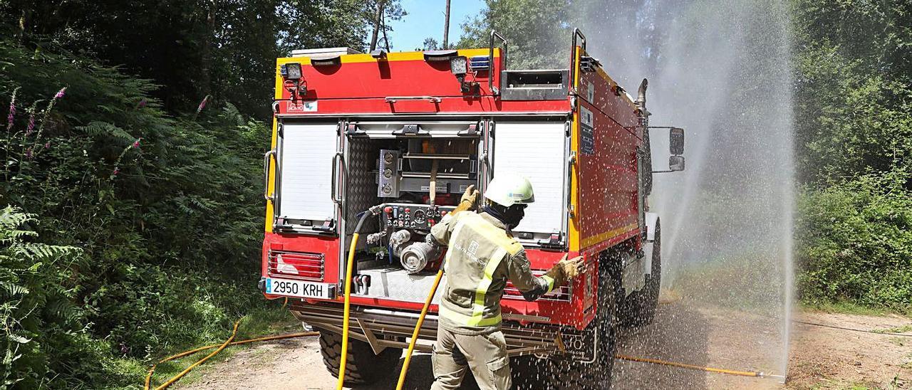 Bomberos participantes ayer en el simulacro de incendio forestal en Salvaterra de Miño.   | // ANXO GUTIÉRREZ