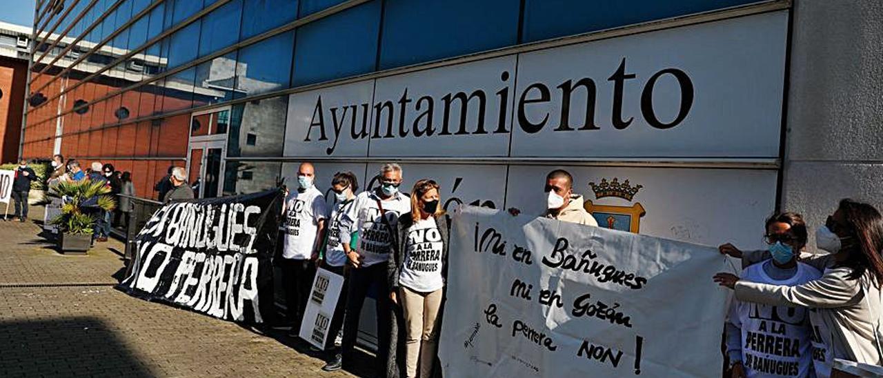 Participantes en la concentración, ayer, delante del Ayuntamiento, en Luanco. | Mara Villamuza
