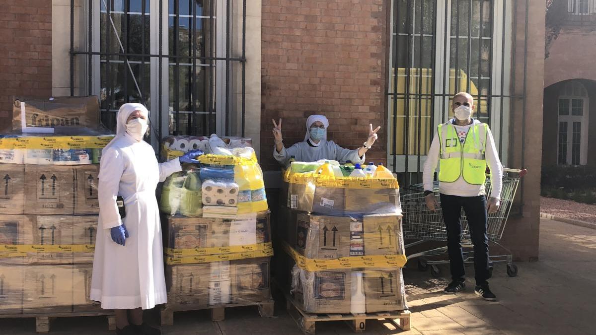 Entrega de material donado por trabajadores de Correos a las Hermanitas de los Pobres.