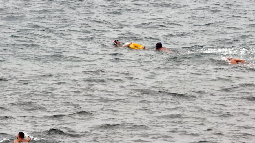 Varias personas salvan a una bañista en apuros en Las Canteras