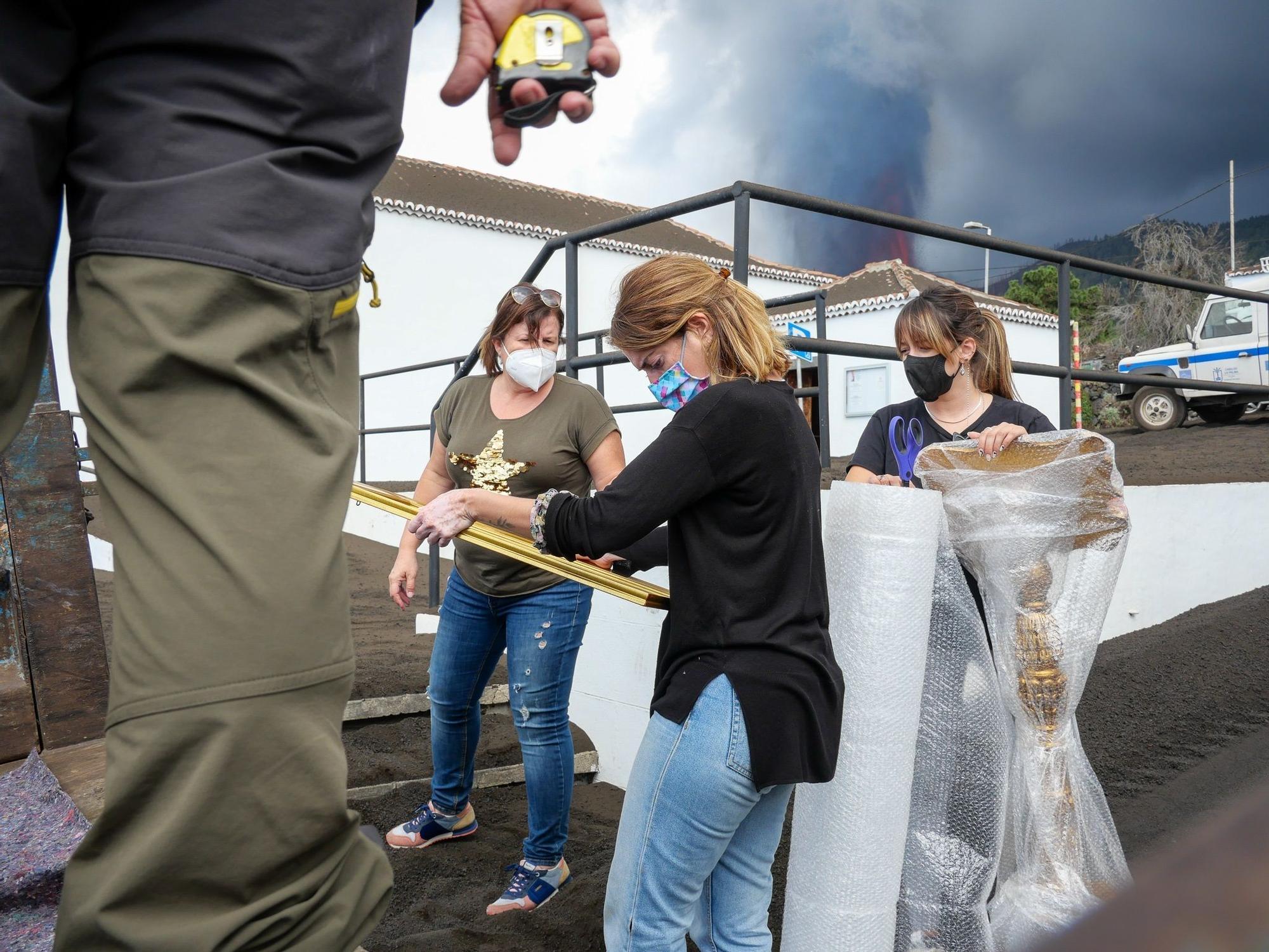 Trasladan las reliquias de la iglesia de San Nicolás ante el avance de la lava en La Palma