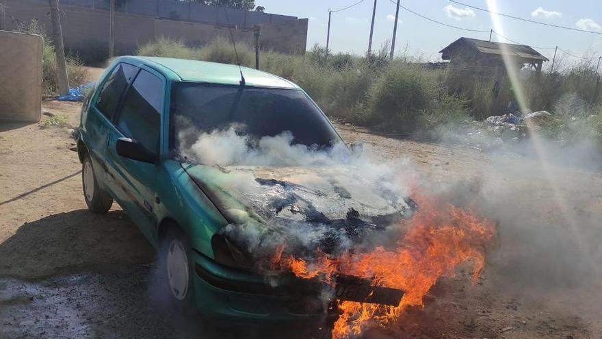 Arde un coche aparcado en Santiago de la Ribera