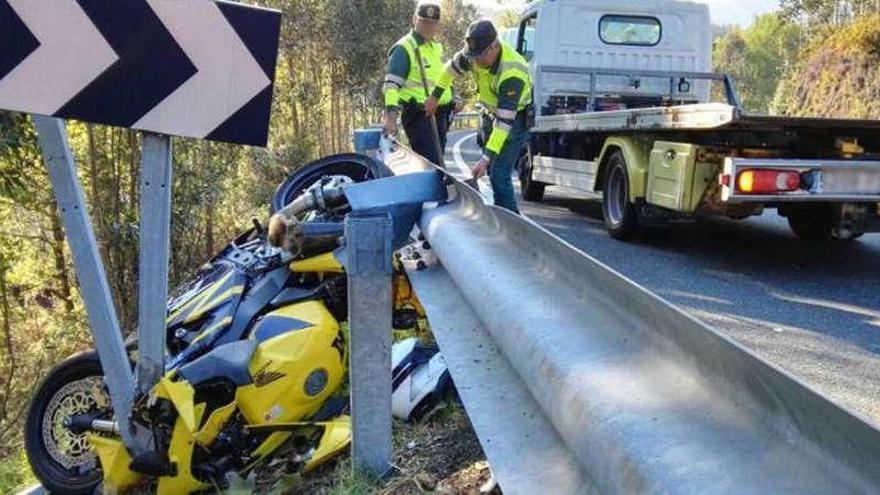 Un ourensano muere en un accidente de moto en Pontevedra encastrado en el quitamiedos