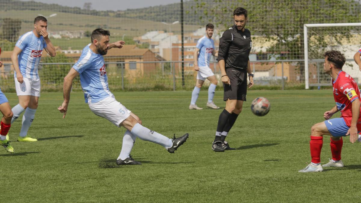 Mahillo golpea el balón durante el partido del Coria ante el Diocesano.