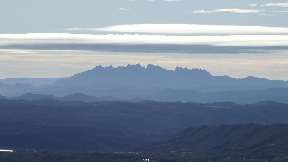 Vista de Montserrat des de la serra de Capolat, amb un espectacular núvol