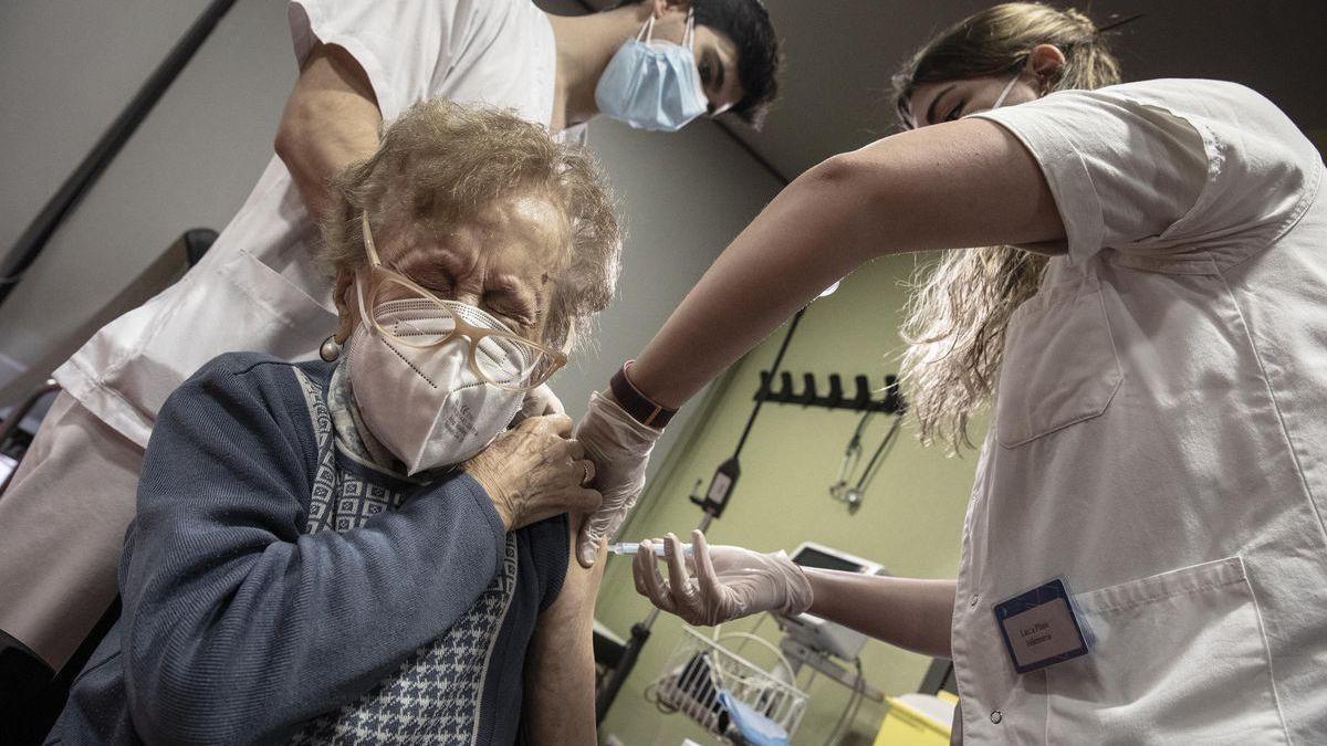 """""""Mi abuelo se ha vacunado"""": Twitter se llena de imágenes del esperado pinchazo"""