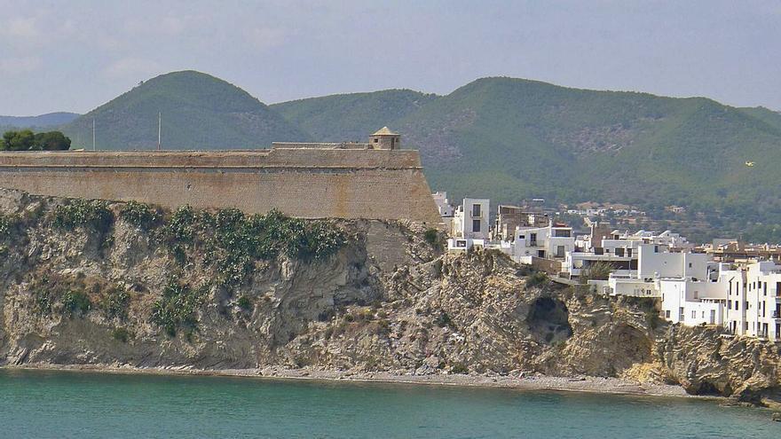 Muere un joven en Ibiza tras precipitarse desde las murallas de Dalt Vila