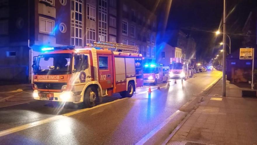 Un incendio en un garaje de Cangas moviliza de madrugada a los servicios de emergencia