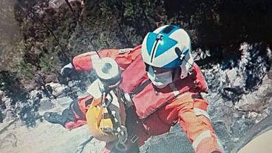 Rescatan en helicóptero a un joven tras resbalar en unas pozas del Río Pedras