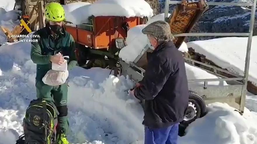 Cinco horas en esquís para llevar alimentos y medicinas a los vecinos de Ponga