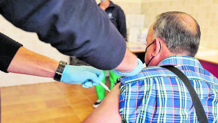 La falta de vacunas para menores de 60 deja en el limbo a profesores y policías