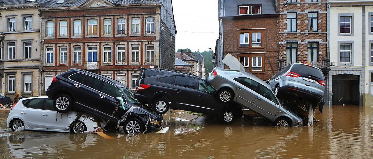 Arriba, hasta cinco coche apilados por las inundaciones en las calles de Verviers. | | CHARLES TROUPIN