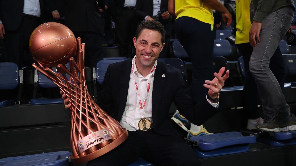 Víctor Lapeña posa con el trofeo tras ganar la Liga turca.