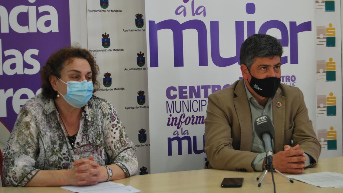 Lola Gil y Rafael Llamas presentan el Plan de Igualdad del Ayuntamiento de Montilla.