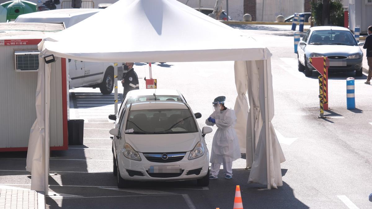 El persona sanitario multiplica las pruebas PCR en el aparcamiento del Hospital de Elda.