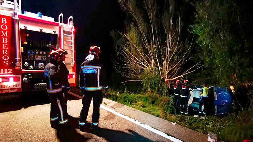 Heridos un hombre de y una mujer tras volcar un turismo en Carrocera (León)